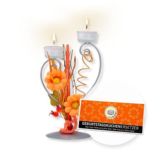 Teelichthalter mit orangefarbener Blumen-Deko und Schokolade Geburtstagskuchenersetzer