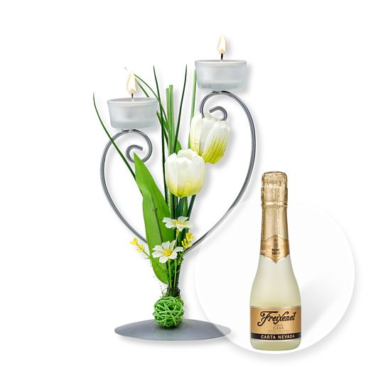 Teelichthalter mit weißer Blumen-Deko und Freixenet Semi Seco